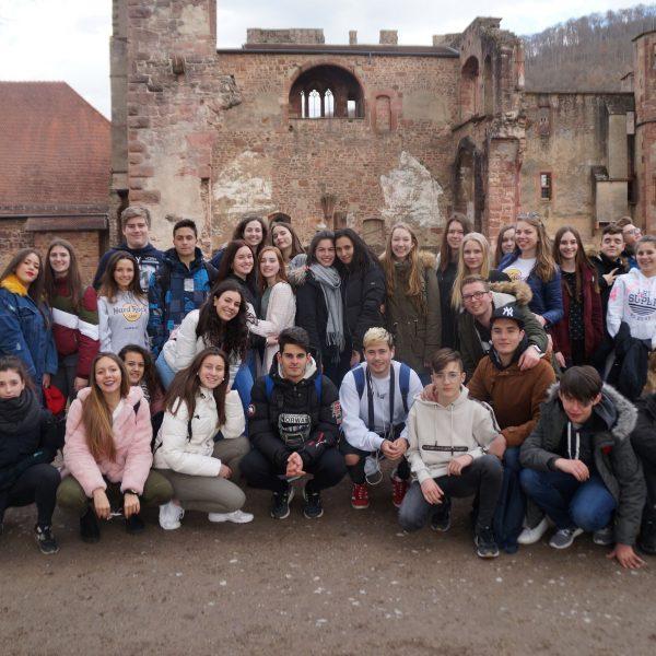 Die Schüler aus Andalusien mit ihren deutschen Austauschpartnern vom Lise-Meitner-Gymnasium vor der Kulisse des Heidelberger Schlosses.